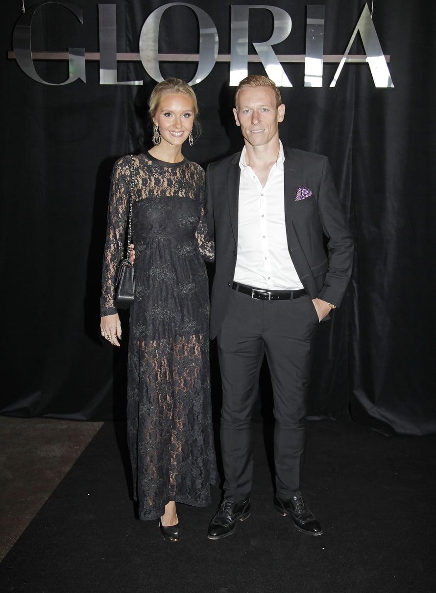 """Jalkapalloilija Mikael Forssell ja hänen Metti-vaimonsa nauttivat Gloria Fashion Show'n kansainvälisestä tunnelmasta. Kuva: <span class=""""photographer"""">Jonna Öhrnberg</span>"""