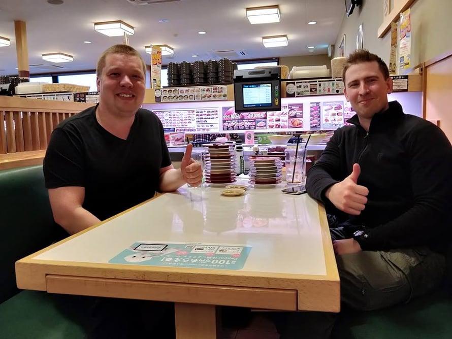 Pekka ja Tomi kantoivat Japanin-patikoinnillaan eväitä, mutta myös kävivät syömässä ulkona. Kuvat: Pekan ja Tominatka-albumi