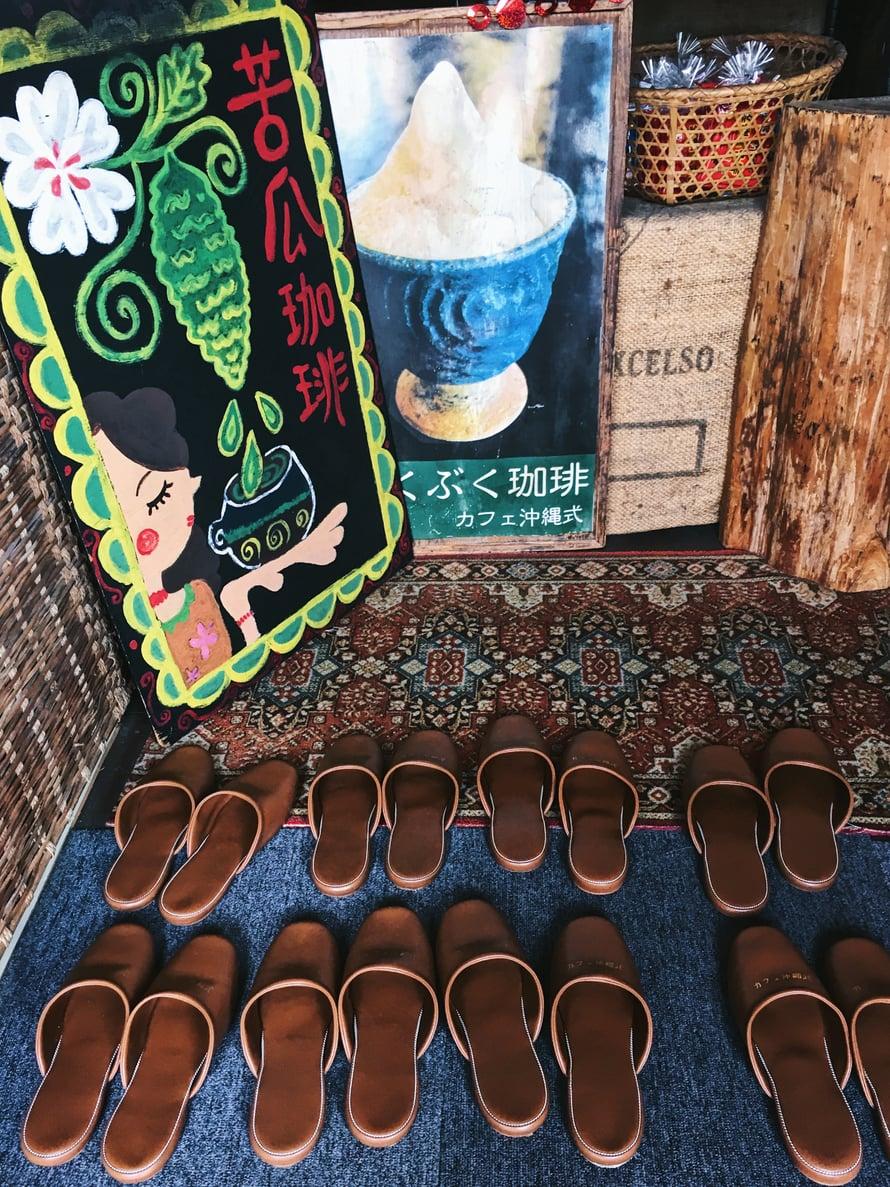 Bukubuku-kuppilassa vaihdetaan omat kengät tossuihin. Jo ovella on vastassa vaahtoteemaalaus.