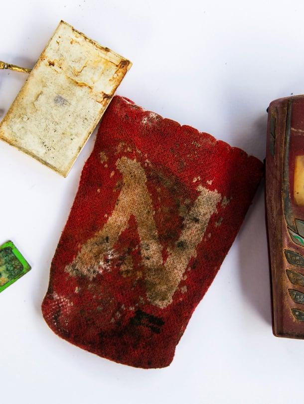 """Nokian kännykkä ja pieni N-kirjaimella kuvioitu kukkaro kuuluivat jollekulle, jonka elämä päättyi tapaninpäivänä 2004. Kuva: <span class=""""photographer"""">Reuters</span>"""