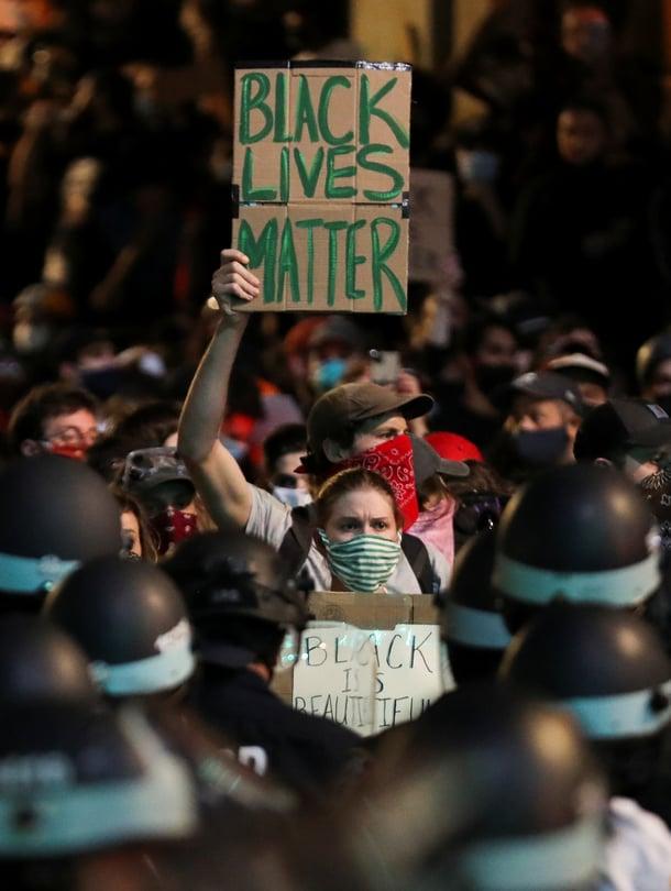 """""""Lopettakaa valkoinen hiljaisuus"""", todettiin mielenosoittajan kyltissä New Yorkissa 3. kesäkuuta."""