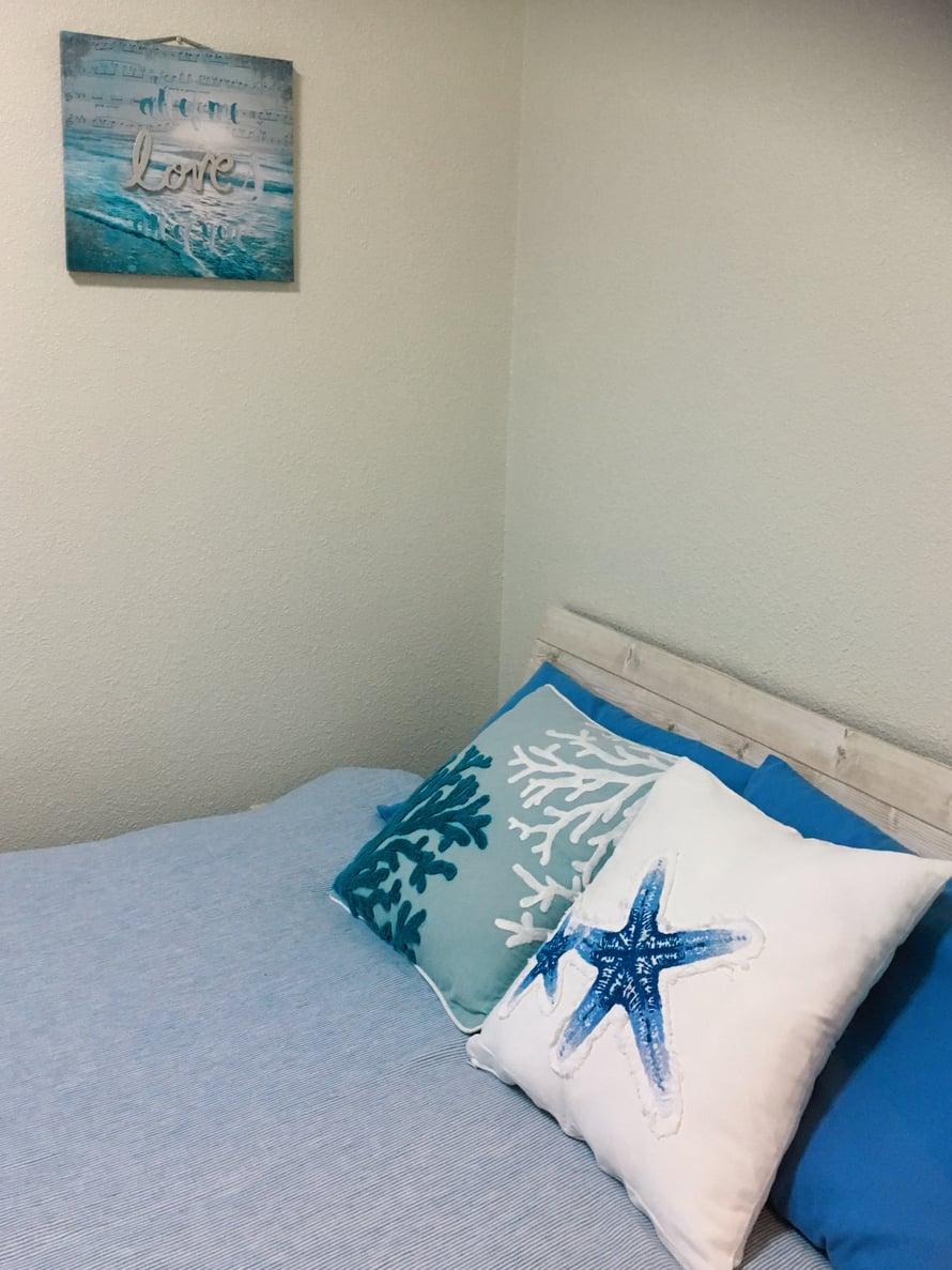 En ole koko reissullani nukkunut niin hyvin kuin tässä nahalaisessa huoneessa. Sänky on sopivan kova ja verhojen läpi pääsee aamuaurinko herättämään sopivaan aikaan. Sen jälkeen voi suunnata parvekkeelle matchalle. Postauksen pääkuvassa on huone, jota käytän pukeutumiseen.