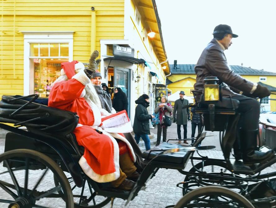Näimme Porvoossa joulupukin reessä vilaukselta Katri-Helenankin.