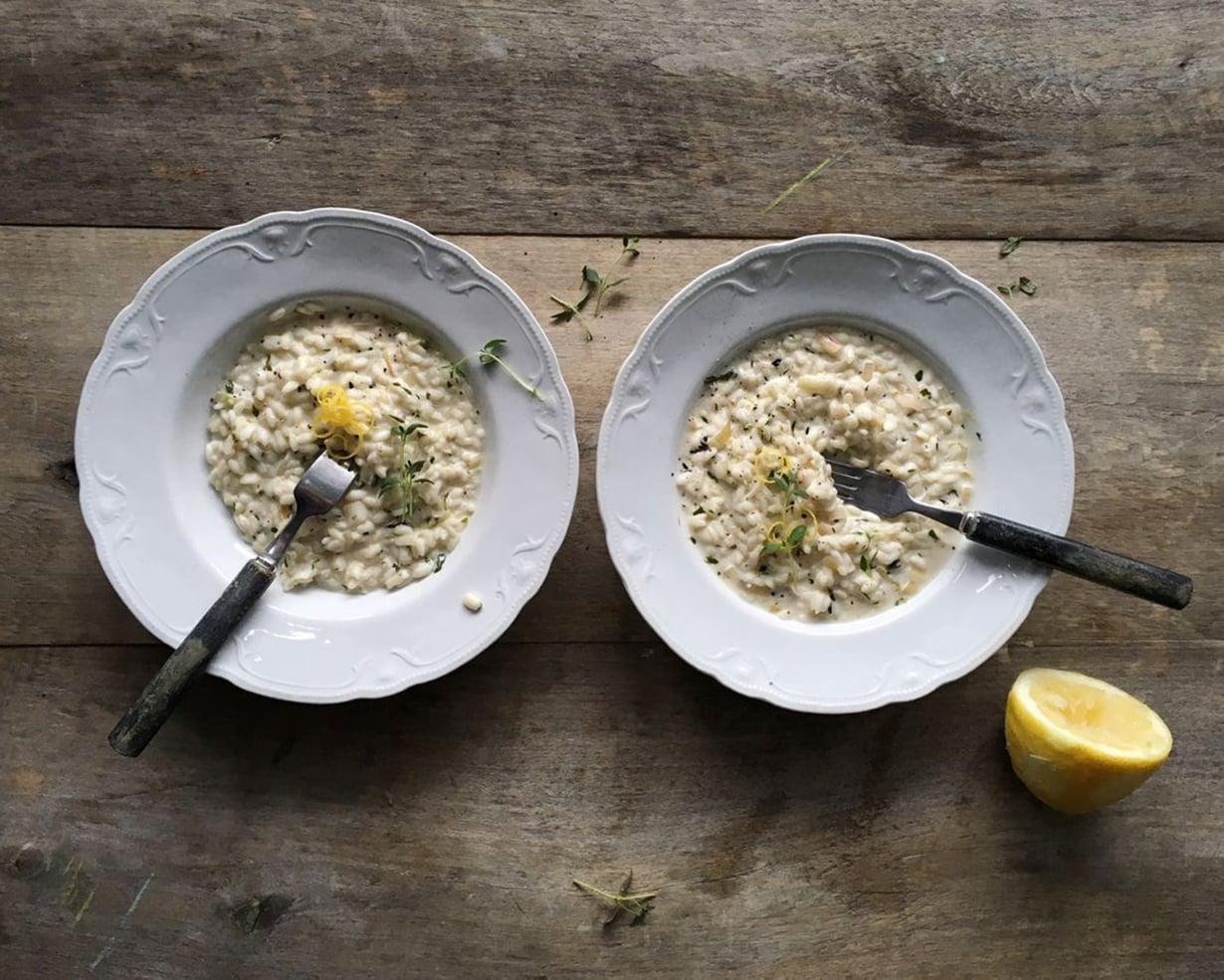 Sitruunarisotto on ihanimmillaan juuri valmistettuna, kun riisit eivät ole ehtineet imaista lientä lautaselta. Kuva: Emilia Kolari