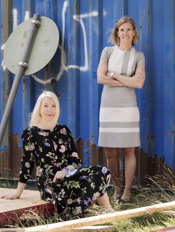 """Henriikka Hellström (vas.) ja Miimu Airaksinen olivat perustamassa Suomen Rakennusinsinöörien Liiton naisverkostoa. """"Pohdimme, miksi johtopaikoilla on niin vähän naisia, vaikka alan väestä heitä on noin neljännes."""" Kuva: <span class=""""photographer"""">Kaisu Jouppi</span>"""