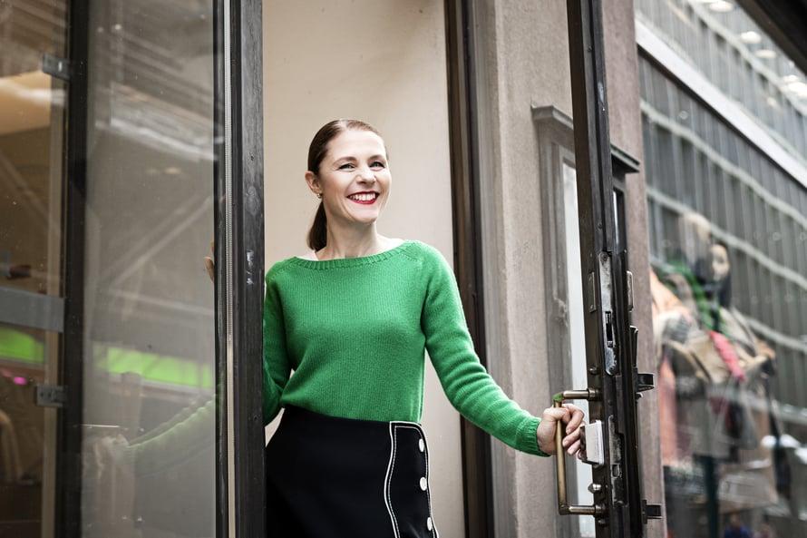 Stylisti ja trendianalyytikko Susanna Björklund on toiminut myös vaatesuunnittelijana ja muotiin erikoistuneena toimittajana. Kuva: Amanda Aho