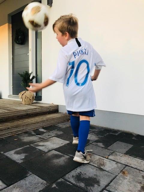 Jalkapallo on meillä ensimmäistä kertaa talvella tauolla, mutta sitä pelataan pihalla silti. Kaikkien maailman todennäköisyyksien mukaan Teemu Pukkia minun pojasta ei silti kasva.