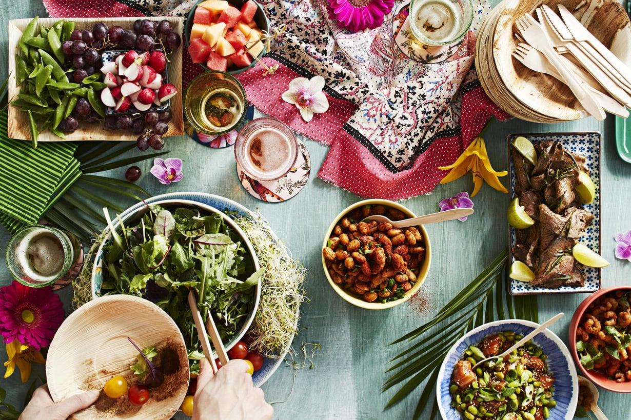Homma helpottuu vielä asteen, kun käytät pohjana kaupan valmiita salaattisekoituksia. Kuvat: Anna Huovinen, kuvausjärjestelyt: Kaisa Jouhki