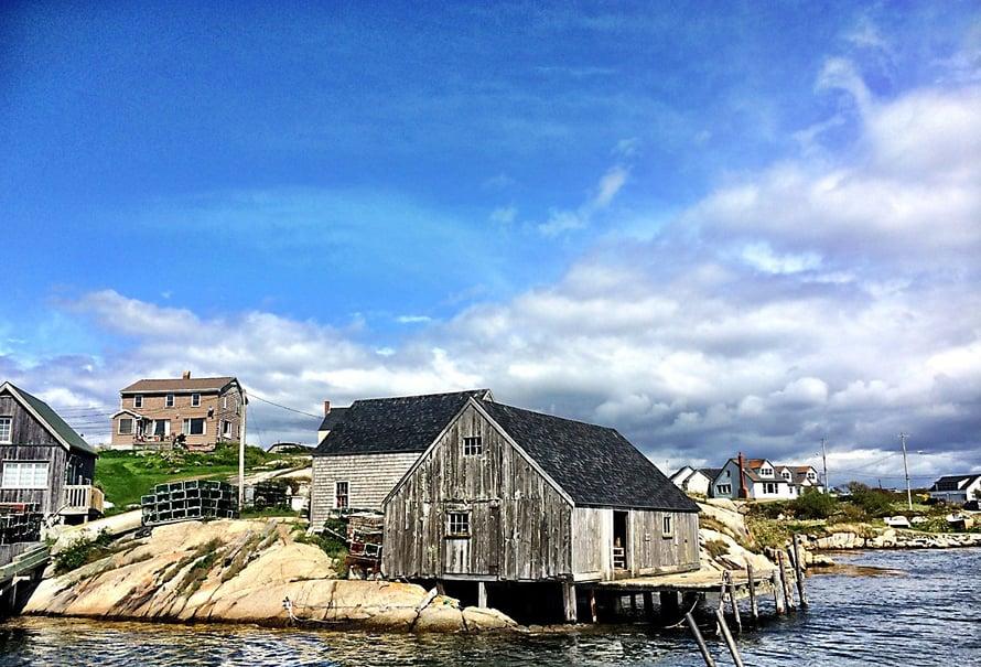 Teimme kesällä 2014 useamman viikon Kanadan-matkan ja yksi suosikeistani oli reissu Peggys Coveen, joka sijaitsee noin tunnin ajomatkan päästä Halifaxista. Näissä maisemissa silmä ja sielu lepäsi.