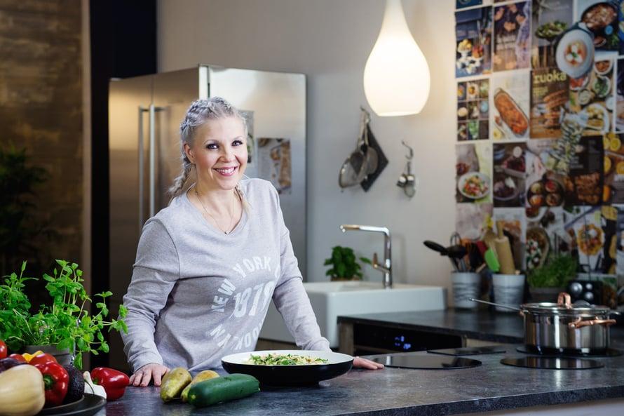 """Vappu Pimiä vannoo tasapainoisen syömisen ja terveen kehonkuvan nimeen. Kuva: <span class=""""photographer"""">Jussi Särkilahti</span>"""