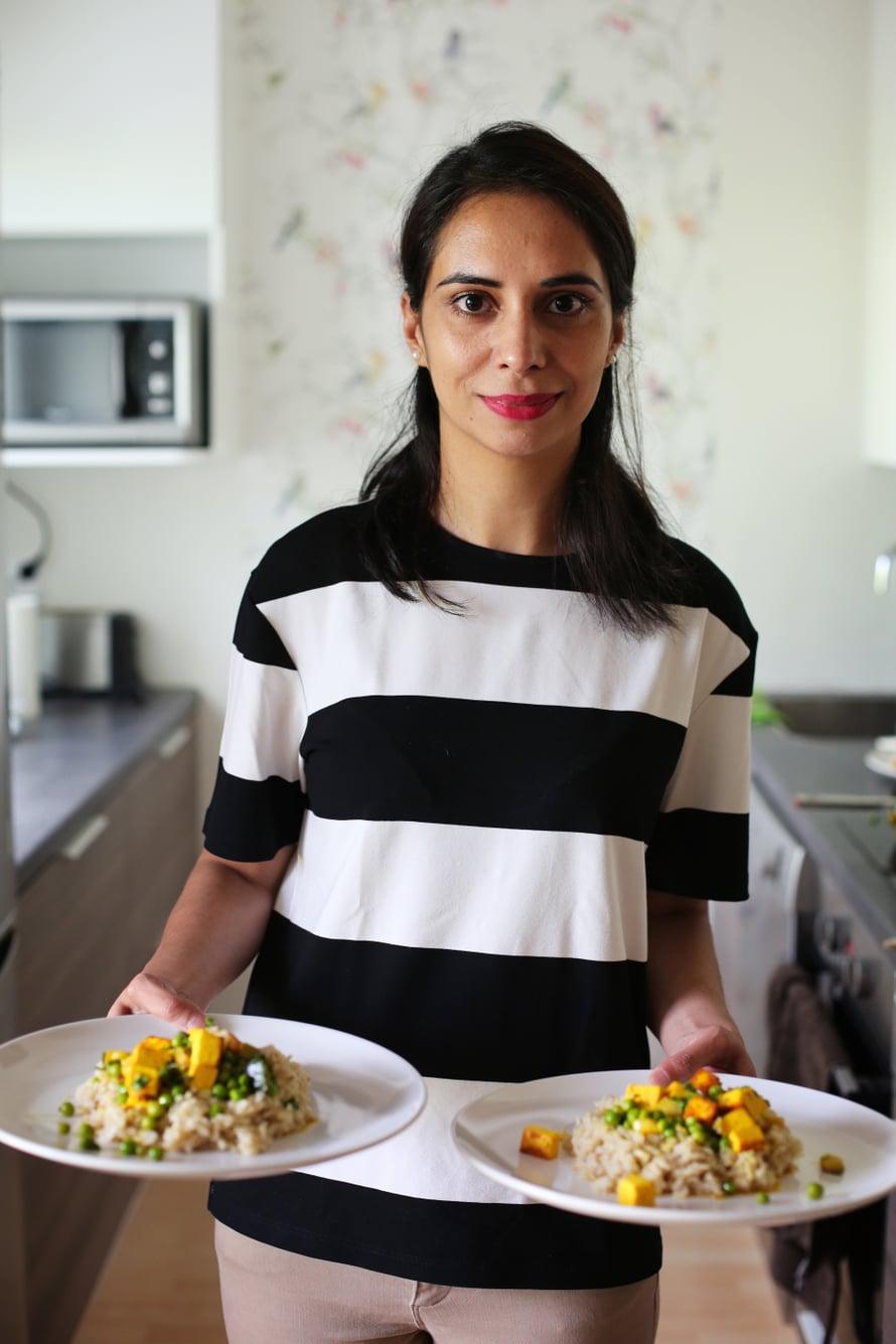 """Kurkuman värittämä Paneer-juustoateria syntyi Mandi Kaurin keittiössä. Kuva: <span class=""""photographer"""">Milka Alanen</span>"""