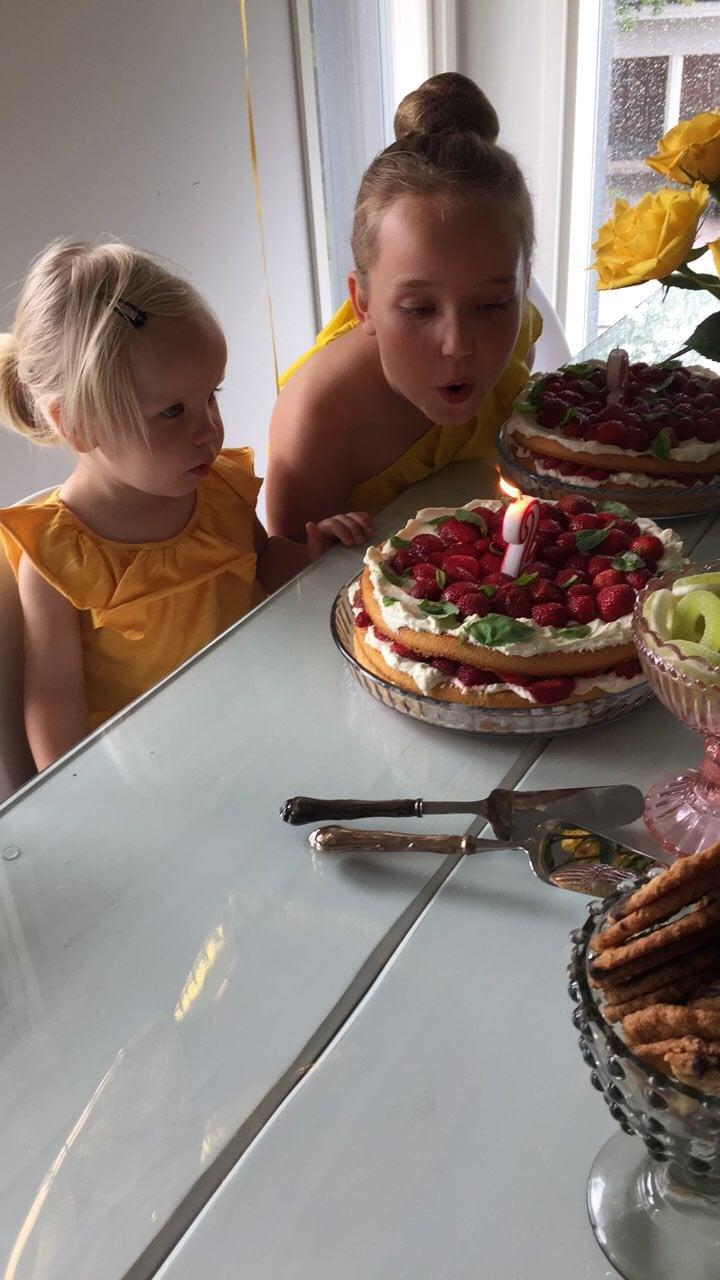 Mää juhlin viikko sitten meidän mimmien synttäreillä myös vähän samalla yhdeksää vuotta äitinä ja tein sen kunniaksi eka kerran itse kakut.