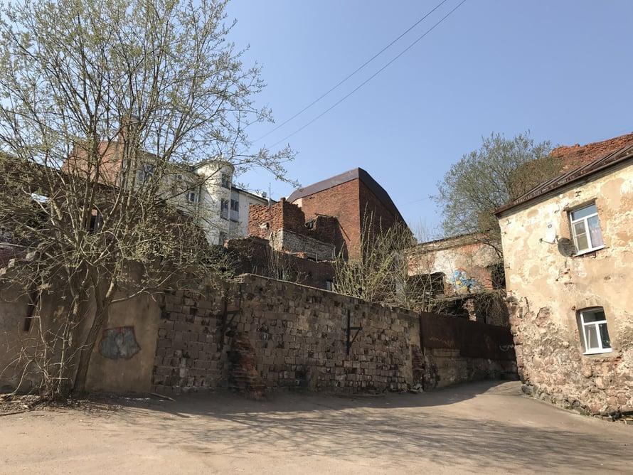 Oikealla oleva talo on yli 400 vuotta vanha. Joku sielläkin asuu.