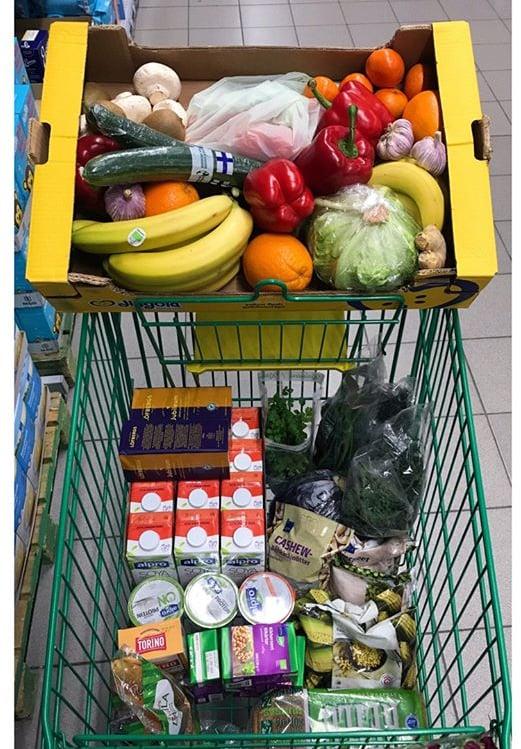 Ulrika käy kaupassa maksimissaan kaksi kertaa viikossa. Tällä kertaa tarpeita on yli viikoksi ja rahaa kului noin 80 euroa.
