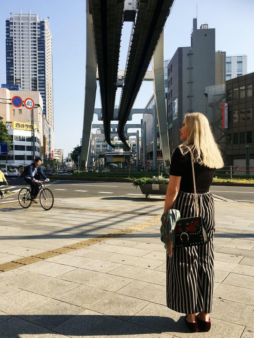 """Jenni Annunen sanoo käyvänsä mielellään japanilaisissa pubeissa ja ravintoloissa, mutta yökerhoissa hän ei ole käynyt esimerkiksi Tokiossa kertaakaan: """"Ulkona syöminen on niin paljon halvempaa. Alkoholia saa myös edullisesti. Happy hourin aikana GT saattaa maksaa 1,50 euroa, ja ruokakaupasta saa vahvempaa juomaa alle eurolla. Suomessa en tykkää käydä yksin missään, mutta Japanissa tulen välillä yksin pubeihin. Japanilaiset tykkäävät usein puhua, kun he ovat ottaneet muutaman rohkaisevan ja varsinkin kun he kuulevat, että puhun japania"""", Jenni kertoo."""
