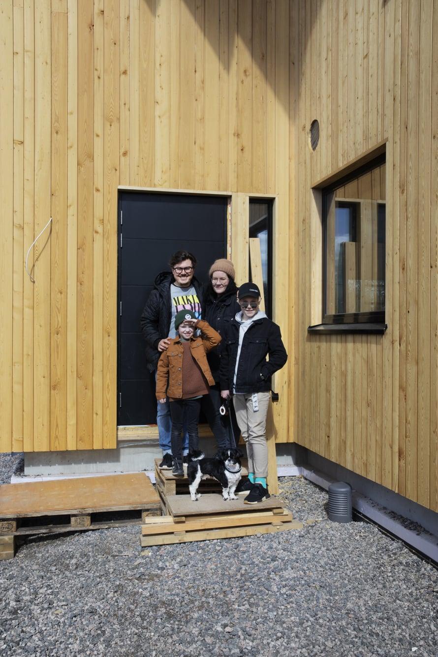 """Kai, Kaisu, Aapo (vas.) ja Leevi odottavat oman kodin valmistumista sukutontille. """"Kauhean hidasta tämä talon rakentaminen"""", miettii Aapo."""