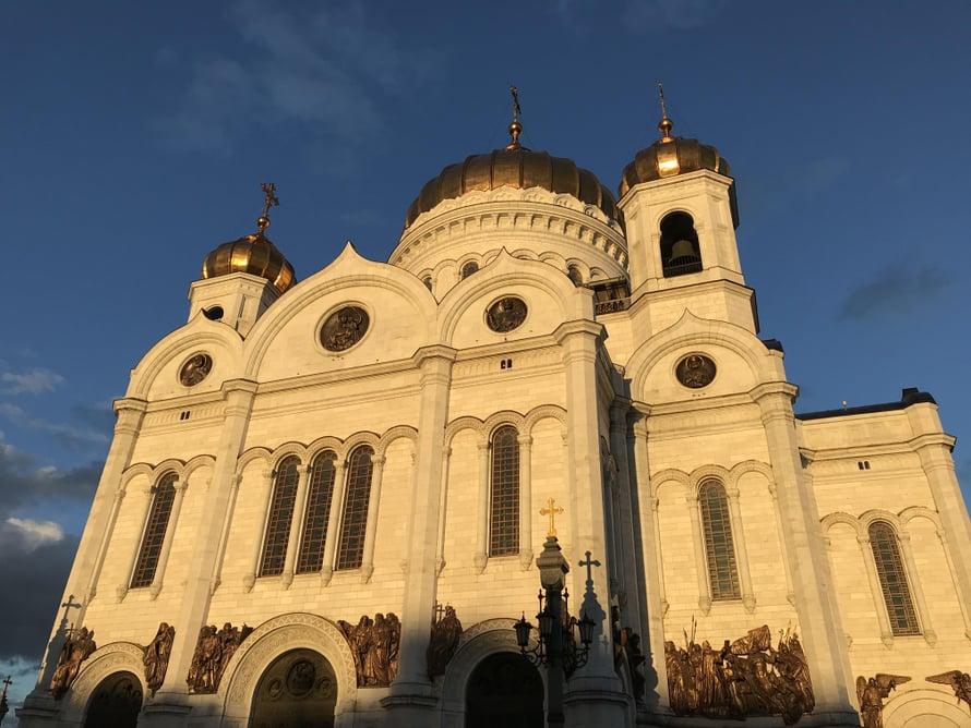Ihan kaikki vanha Moskovassa ei ole oikeasti vanhaa. Kultakupolinen Kristus Vapahtajan katedraali räjäytettiin Stalinin määräyksestä 1931, ja sen montussa oli välillä maauimalakin. 1990-luvulla kirkko rakennettiin uudestaan täysin alkuperäisen näköiseksi.