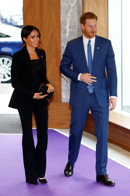 Herttuattaren musta puku on Altuzarran mallistosta ja pusero Deitasin. Prinssin – ketä kiinnostaa!
