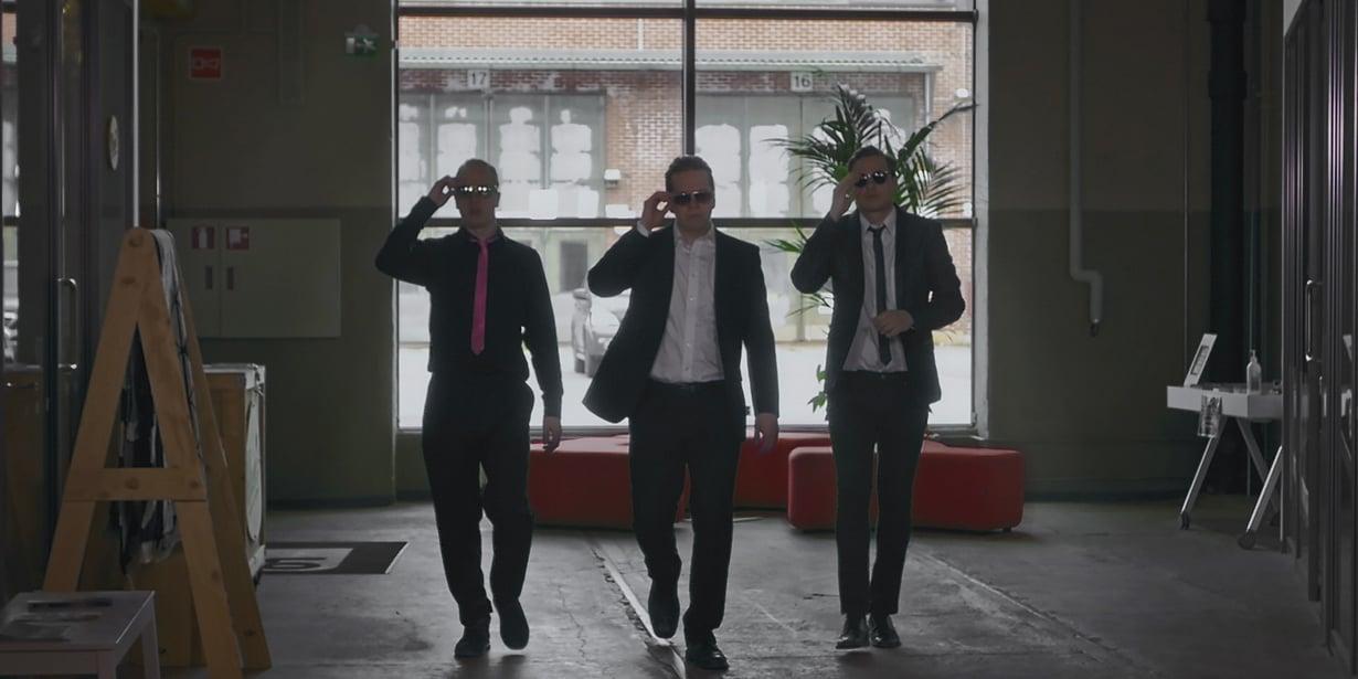 Treblen työntekijät – ystävykset Leo (ohjaaja Karim Saheb), Ari (Janne Pikka) ja Otto (Miika Tuohimaa) – matkustavat kenguruiden maahan estämään yrityskaupat.