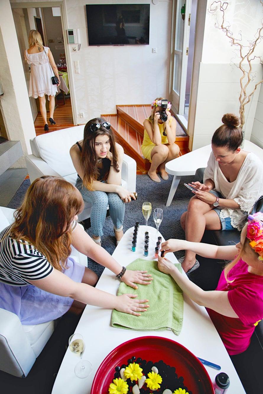 Maybellinen juhlissa bloggaajat saavat kokeilla kynsilakkoja ja juoda kuohuvaa.