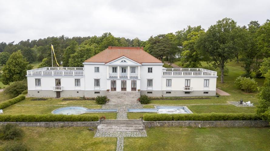 Söderlångvikin kartanossa on esillä osa mesenaatti Amos Andersonin taidekokoelmasta.