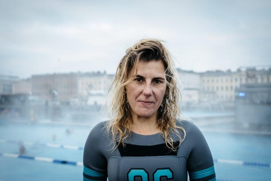 Isojen aaltojen alla pitää pystyä pidättämään pitkään hengitystä. Sitä portugalilainen Joana Andrade harjoittelee Suomessa.