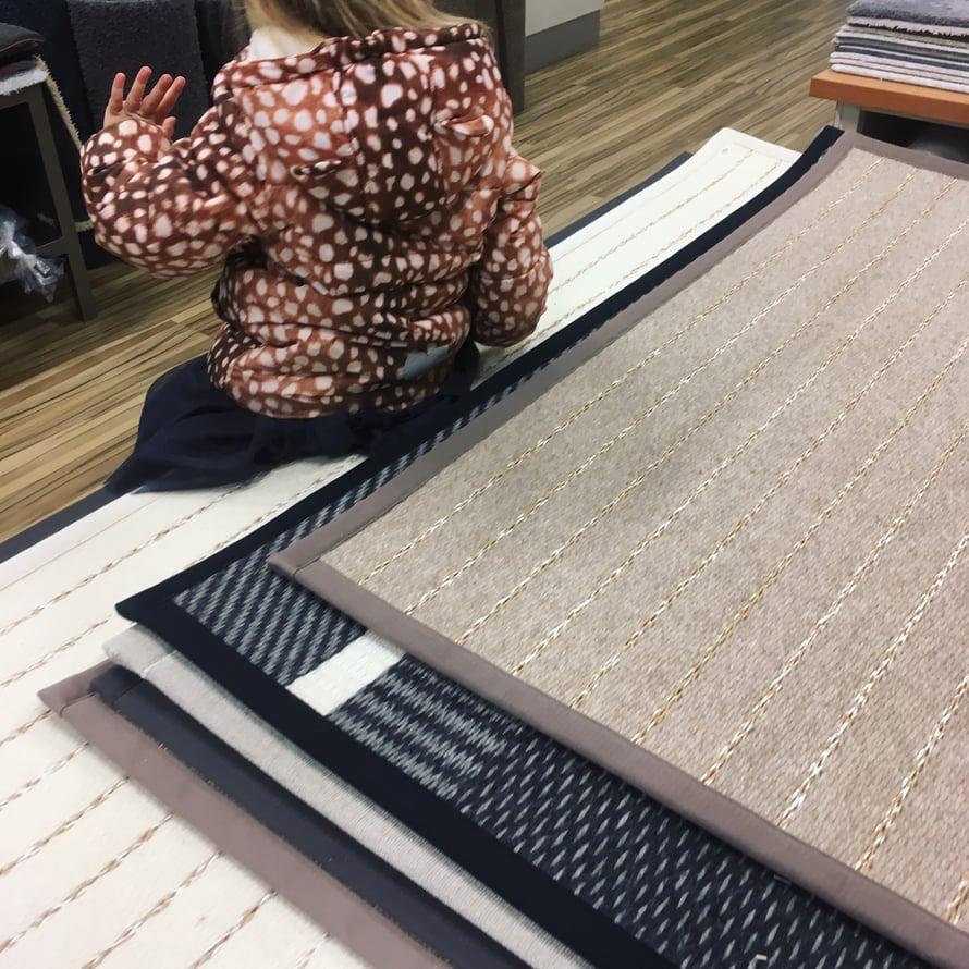 Valkoinen matto eteiseen, miksi ei? Kuvan (täysin viattomat) matot VM-Carpet.