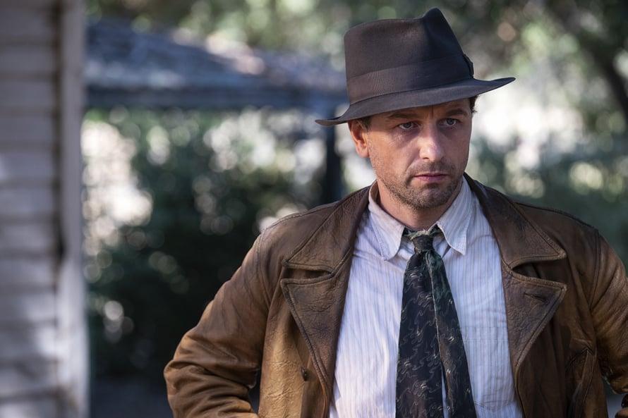 Yksityisetsivä Perry Masonia näyttelee Matthew Rhys.
