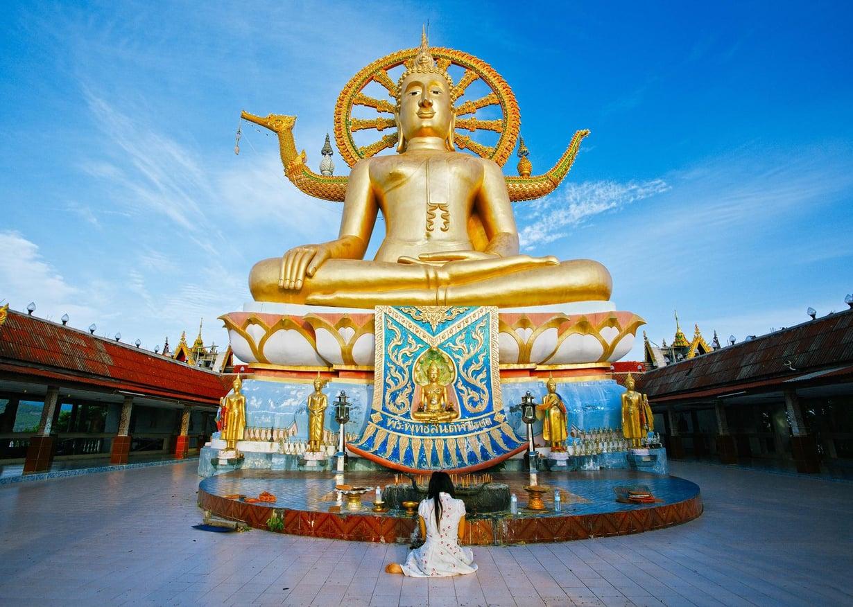 Kultainen Big Buddha -patsas näkyy jo lentokoneen ikkunasta.
