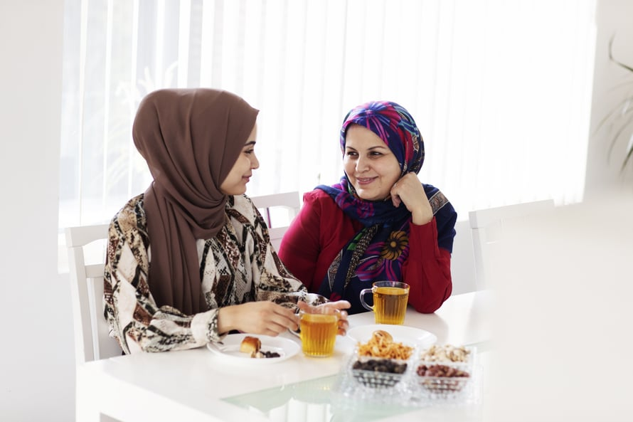 Zahra ja Amina juttelevat joka päivittäin.