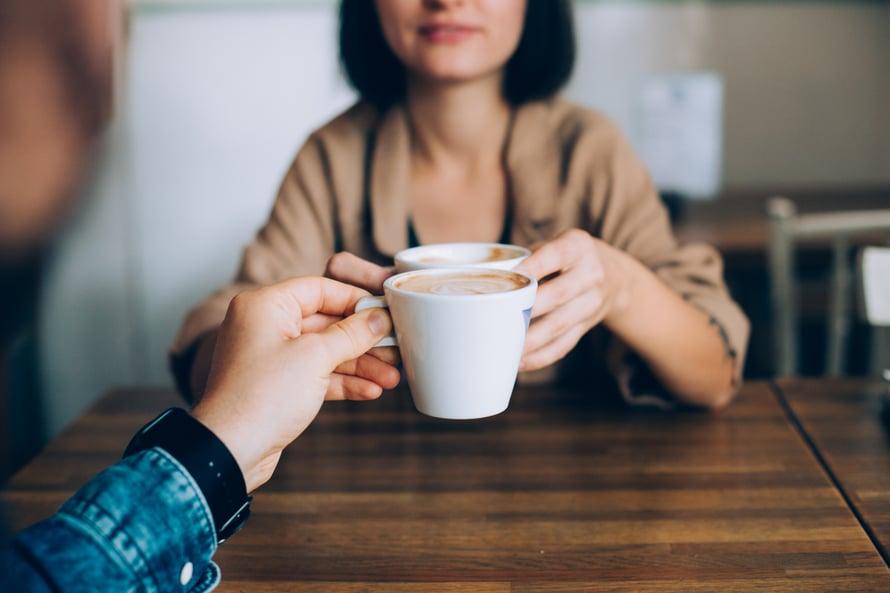 Utelias ja avoin mieli on paras. Heti ei kannata rynnätä tekemään johtopäätöksiä toisen tavasta pidellä kahvikuppia.