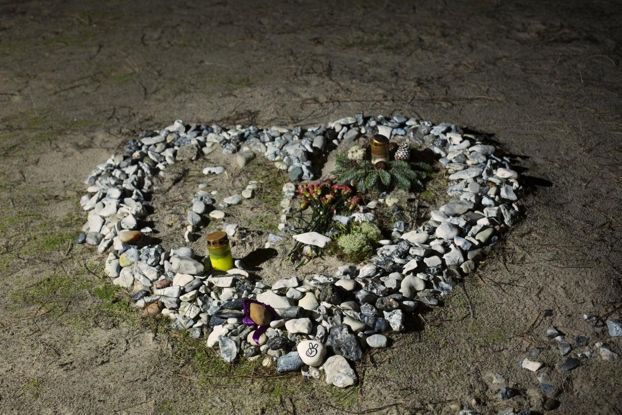 """Jatkuvasti kasvava kivisydän rannalla on Kimin muistopaikka. """"Joka kerta, kun joku puhuu hänestä, hän on kanssamme"""", Joachim sanoo."""
