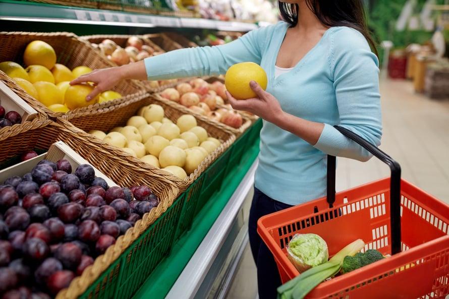 """Suosi kaupassa irtohedelmiä. Jos olet aikeissa syödä ne saman tien, valitse mahdollisimman kypsiä. Kuva: <span class=""""photographer"""">Shutterstock</span>"""