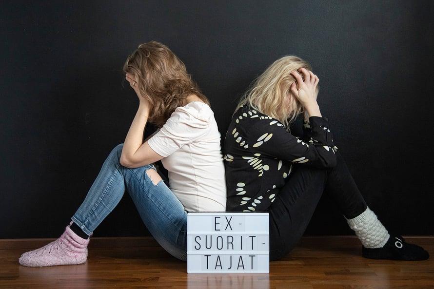 """Työuupumuksesta toipuneet Laura ja Susanna perustivat Facebookiin Ex-suorittajat-ryhmän. Kuva: <span class=""""photographer"""">Jenni Kivimäki</span>"""