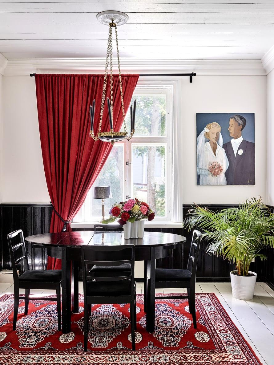 Pari nimesi ruokasalin ja makuuhuoneen välisen tilan Portrait galleryksi.