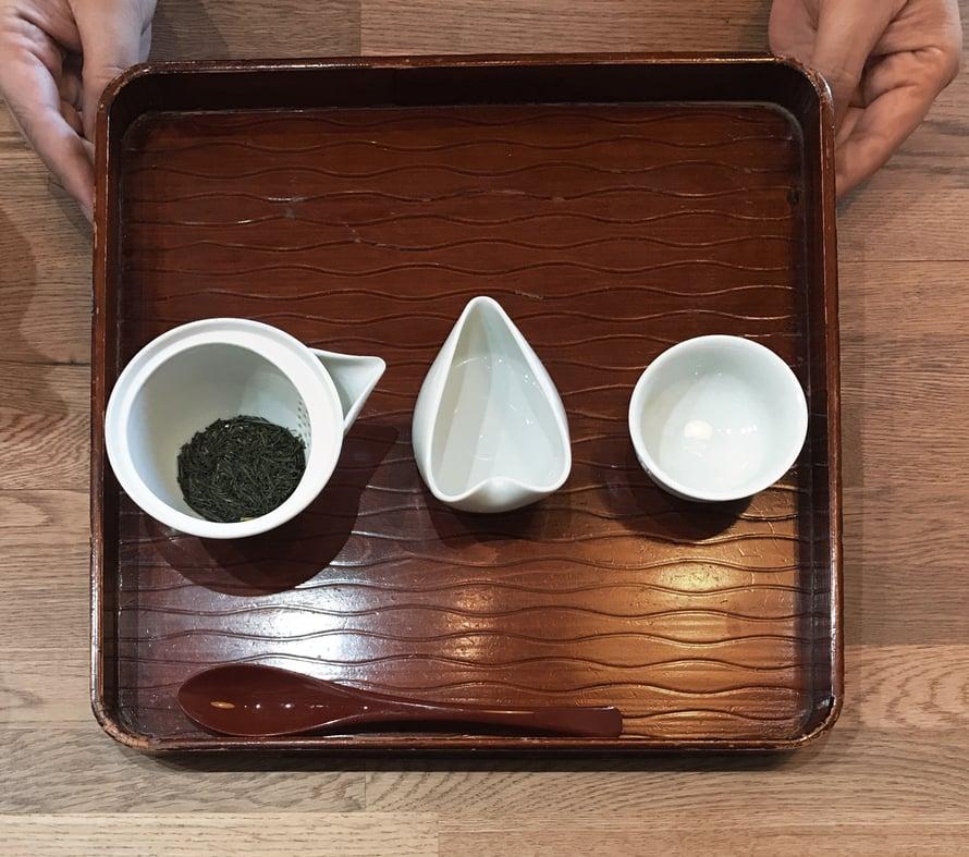 Nämä kaksi kuvaa ovat fukuokalaisesta teehuoneesta, Umenomasta. Se tarjoilee Yamen huippulaatuista vihreää teetä. Kuvassa on gyokuroa. Toinen valkoisista kupeista on teeveden jäähdyttämiseen, sillä gyokuro valmistetaan noin 60-asteiseen veteen.