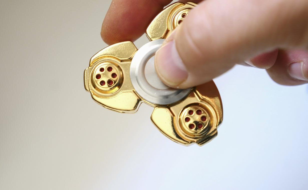Fidget spinnerin pyörittäminen voi rentouttaa ja auttaa keskittymään. Kuva: Shutterstock